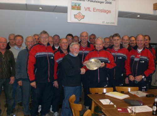 Einen Zierteller überreichte Manager Bernd Theismann zum Abschied an Gerd Wolters.