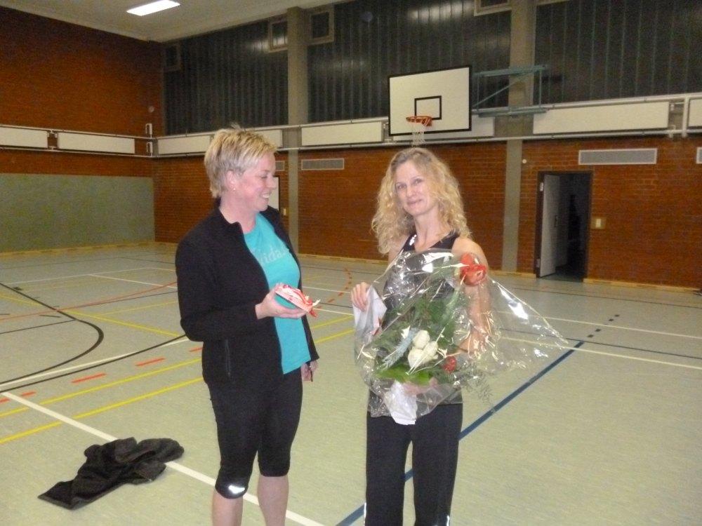 Doris Göken überreicht ein Geschenk von den Stepperinnen