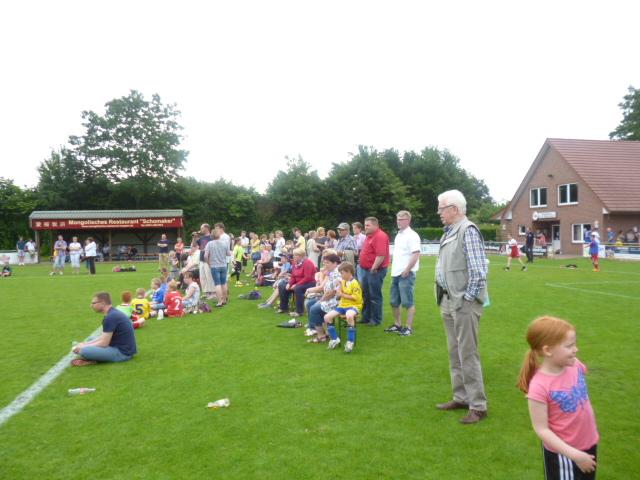 Viele Besucher am Spielfeldrand