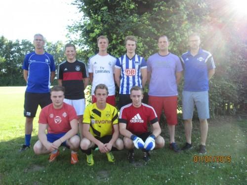 Sechs Spieler aus der A-Jugend (3 stehend, 3 hockend), zudem stehend ganz links Ansgar Schmees, zweiter von rechts Bernd Brümmer, ganz rechts Jürgen Rüther (Fußballsportwart)