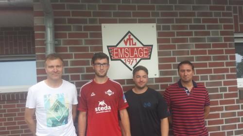 Von links: Hermann Möller (Co-Trainer), Lucas Beerling, Tim Schmidt-Weichmann (Trainer), Rainer Schepergerdes (Fußballobmann)